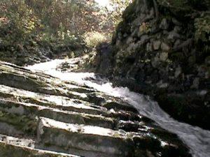 細い渓流と柱状節理