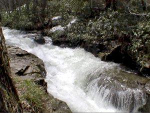 融雪期の激流の滝