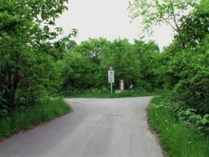通行止め看板の林道分岐