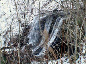 林道から見た屏風の滝