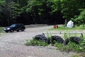 国道から見た駐車スペースと岩内不動の滝看板