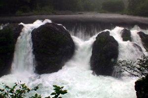 遊歩道から真正面に見るピョウタンの滝