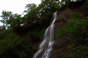 セセキの滝を見上げる