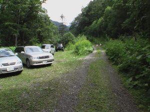 登山道入り口手前の駐車スペース