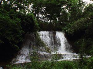 屏風岩の滝を正面から撮影