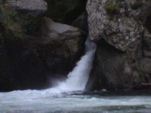 対岸から見た岩戸の滝