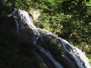 右岸から撮影した霞の滝