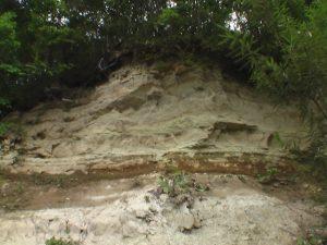 踏み分け道を下る途中で見える断崖