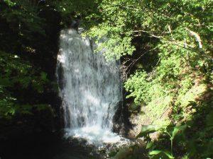 俯瞰で見た魚留の滝をアップで撮影