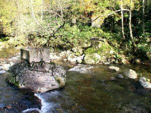 こわれた橋げたの跡