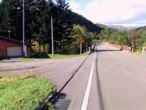 鉱山橋手前から左に入る