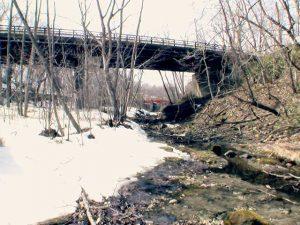 翠明橋の向こうは取水堤防