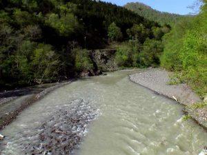 町道岩清水線から見た新冠川