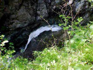 滝壺の下の流れ