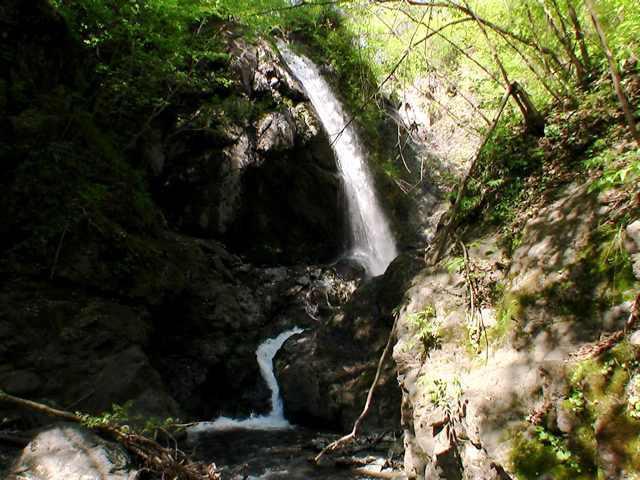 下から見るフタップの滝全景