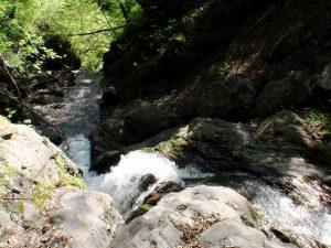 撮影地点の流れも滝状になっている
