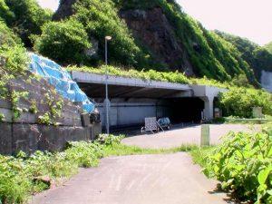 海側から覆道の駐車スペースを見る