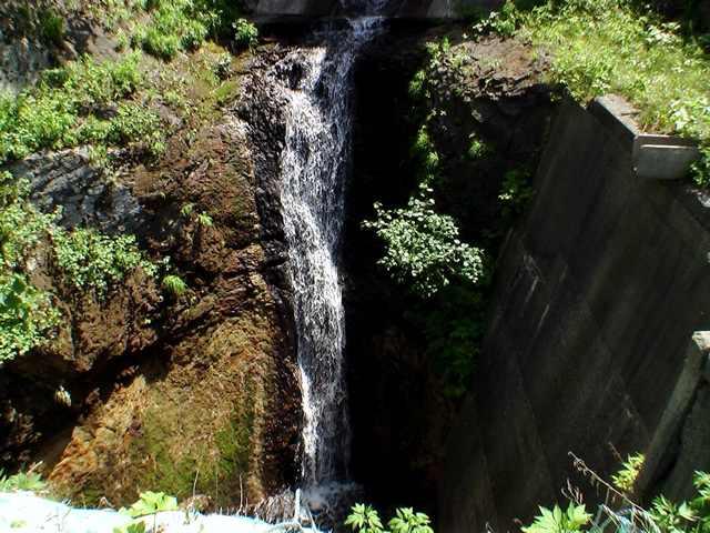 銚子トンネル覆道上の滝