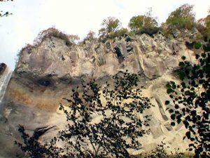 滝の横は断崖絶壁