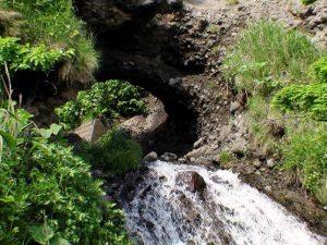 滝の上の岩穴