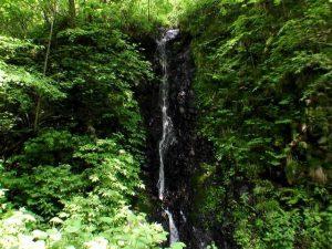 本殿脇から見えた滝状の流れ