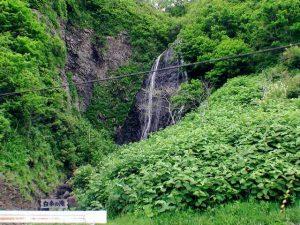 道道沿いから見た白糸の滝