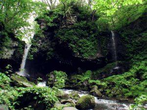 鳴神の滝(左)と細い滝状の流れ