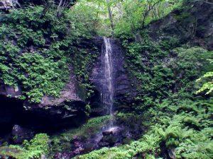 鳴神の滝右側に落ちる滝状の流れ