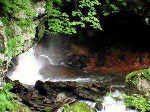 滝つぼ奥の赤い岩肌