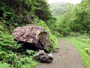 大きな岩が転がっている