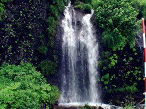 中の滝を正面から撮影