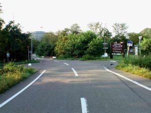 マウレ山荘看板のある十字路を左折