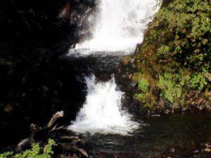 滝つぼとその下の滝状の流れ