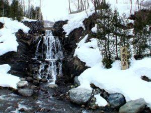 看板込みの天龍の滝