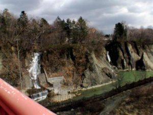 千鳥橋から見る無名滝2つ