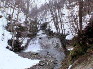 橋の上流側は自然のまま