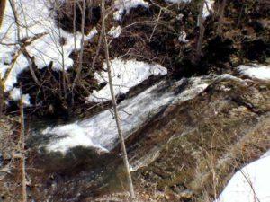 橋の上から見た緩斜面の流れ