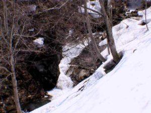 その上の滝状の流れ