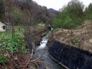 二つめの橋の上流に滝状の流れ