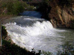魚染の滝核心部をアップで