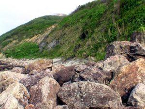大きな岩がころがり歩きづらい