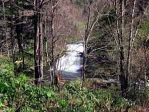 林道上から見た尻別川本流の滝(遠景)