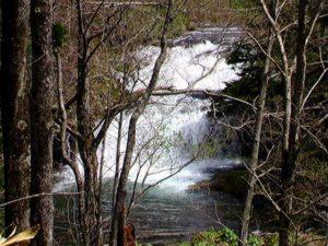 林道上から見た尻別川本流の滝(アップ)