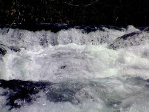 正面から滝の上部をアップで