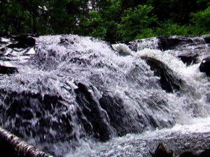右岸側滝のそばで撮影