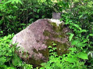 大きな岩の上に石碑