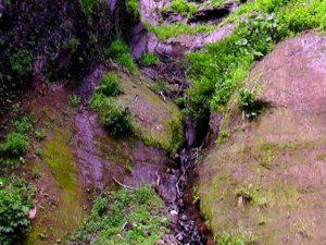 崖を流れ落ちる水1