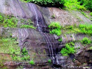 崖を流れ落ちる水2
