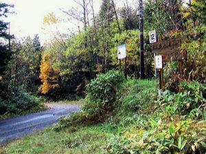 シートカチ林道入り口の看板