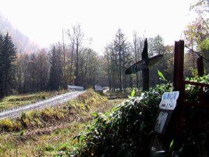 滝まで5.7km看板と礼咲別橋